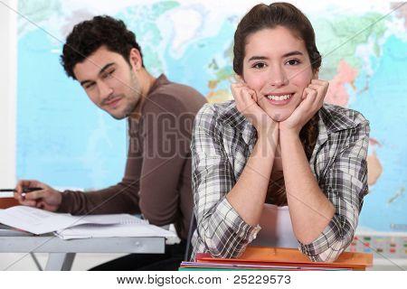 Zwei Studenten im Geographie-Unterricht