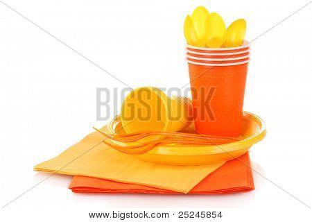 Talheres de plástico amarelo brilhante e guardanapos isolados no branco
