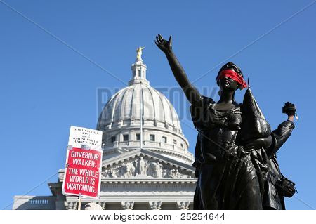 MADISON, WI - 19 de FEB: Signos se levantan frente a Capitol de Wisconsin protestando Gov Scott Walker en