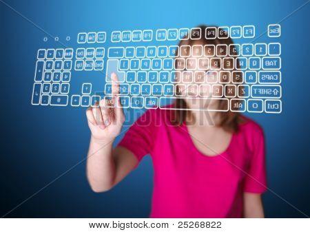 Mädchen drücken geben Sie auf der virtuellen Tastatur