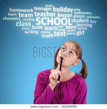 Colegiala pensando en escuela