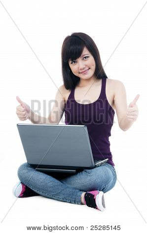 Süße Frau mit Laptop Giving Thumbs Up Sign