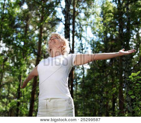Ältere Frau beim Sport im Wald.