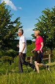 Постер, плакат: Нордийская ходьба пара счастлива пожилые или старших занятия спортом на открытом воздухе летом