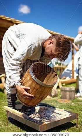 Hombre haciendo barrell.