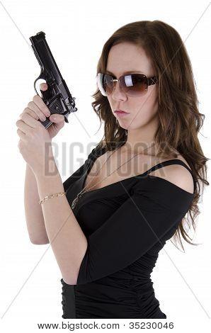 Jovem mulher com arma
