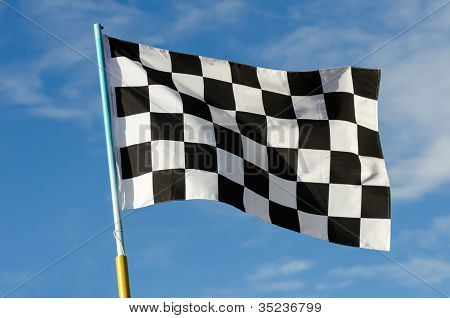 Karierte Flagge mit blauem Himmel