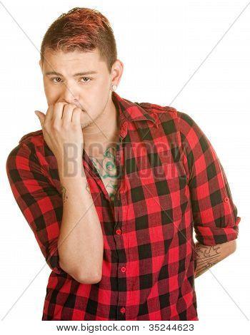 Mann beißt Fingernägel
