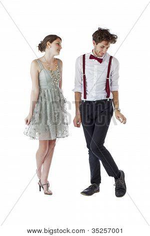Casal adolescente tímido, vestindo roupas de festa formais