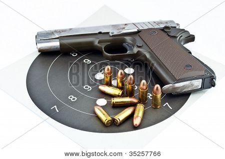 9 mm Pistole und Zielscheibenschießen