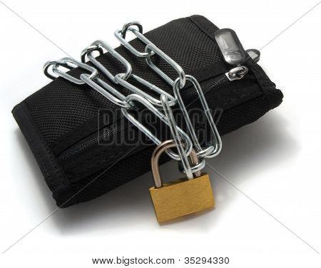 eine Brieftasche, verkettet mit Vorhängeschloss auf weißem Hintergrund