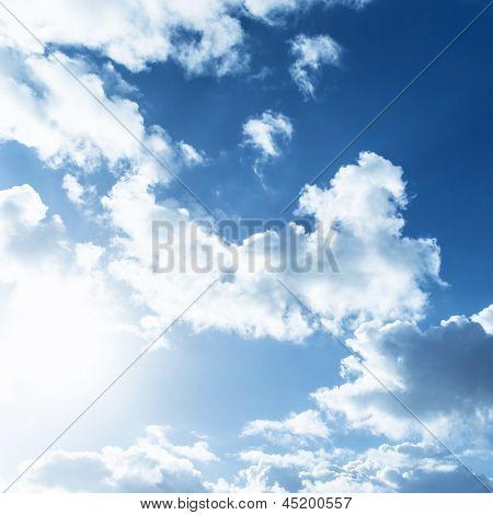 Blancas esponjosas nubes en el cielo azul, la luz brillante del sol, Resumen Antecedentes naturales, temporada de verano, meteo