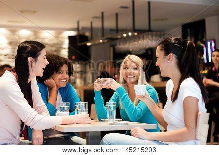 Gruppe von jungen Frauen auf Kaffeepause, genießen in Diskussion