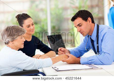 dermatólogo inspeccionar la piel del paciente senior en la oficina