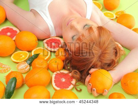 menina ruiva engraçado com laranjas brilhantes