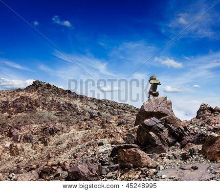 Zen piedras equilibrado pila cairn en las montañas del Himalaya