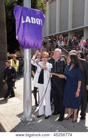 LOS ANGELES - 18 de Abr: Carol Burnett, Tom LeBonge {en la Plaza de Carol Burnett revelación en la Selm