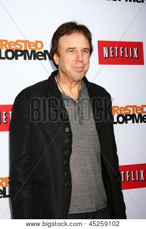 "LOS ANGELES - 29 de abril: Kevin Nealon chega a Los Angeles de ""Arrested Development"" estréia no th"