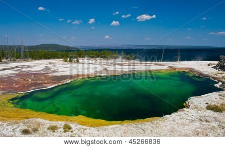 La piscina del abismo cerca del lago de Yellowstone en el Parque Nacional de Yellowstone