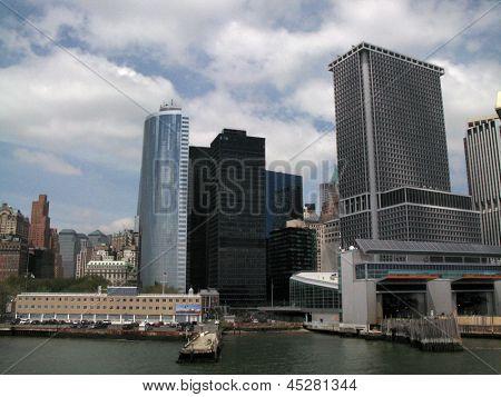 NEW YORK - 7.Mai: Gebäude in lower Manhattan werden aus einem Staten Island Ferry gezeigt, wie er t bereitet