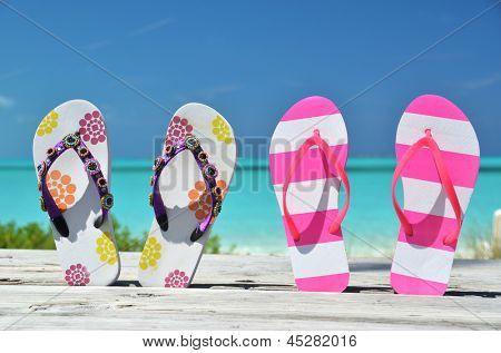 Dos pares de sandalias contra Atlántico. Exuma, Bahamas