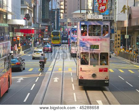 HONG KONG - 05 de diciembre: Desconocidos utilizando el tranvía de la ciudad de Hong Kong en 05 de diciembre de 2010. Hong