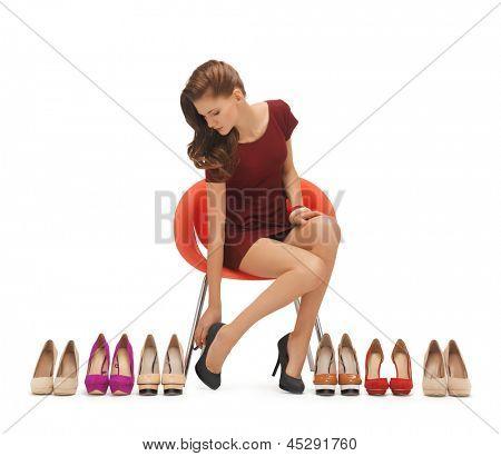 imagens de mulher sentada, tentando, sapatos de salto alto