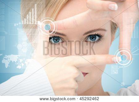 vrouw frame met vingers maken van en werken met virtuele scherm