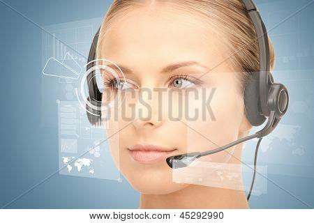 futuristische vrouwelijke helpline exploitant met hoofdtelefoons en virtuele scherm