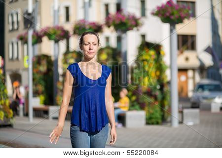 Soaked thoroughly the girl on the street with beautiful flowers