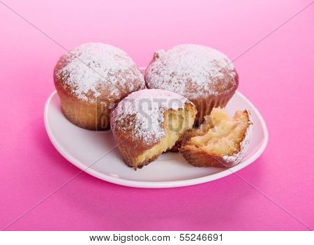 Cupcake on a dish, strewed with icing sugar
