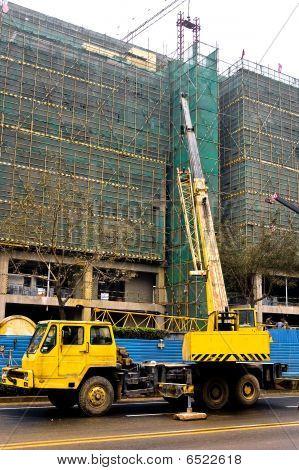 Teleskopkran sind schweres Heben, auf der Baustelle.