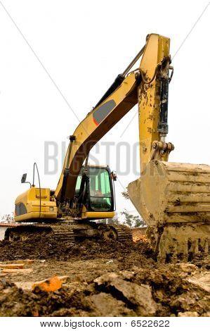 Gelb und schwarz verschmutzt Bagger geparkt auf der Baustelle