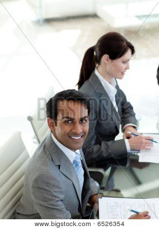 ethnische Unternehmer Lächeln in die Kamera