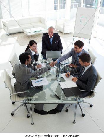 Cerrar un acuerdo en una reunión de empresarios