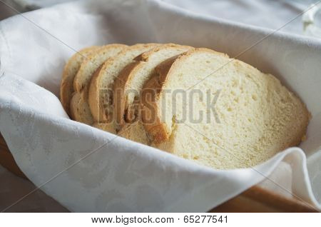 Sliced bread in the wooden punnet on the table