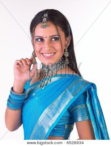 schönes indische Mädchen mit schönen Lächeln
