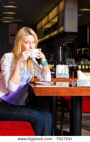 junge Frau trinkt Kaffee im cafe
