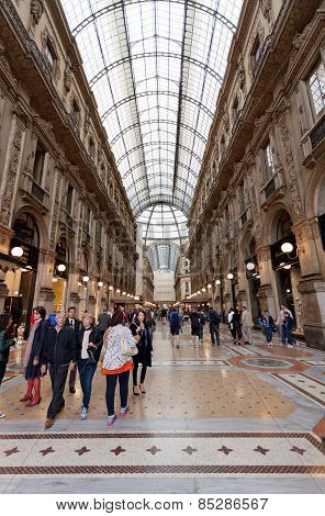 Buyer In Trade Galleria Vittorio Emanuele Ii In Milan.