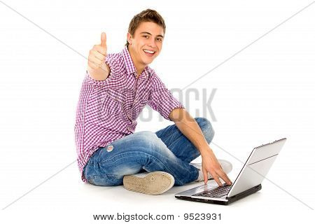 Mann mit Laptop showing Thumbs up
