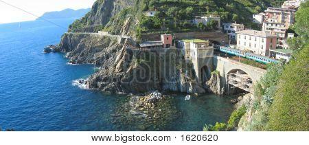 Estación de tren de Riomaggiore pueblo sobre el mar azul, las Cinque Terre, Italia, Panorama