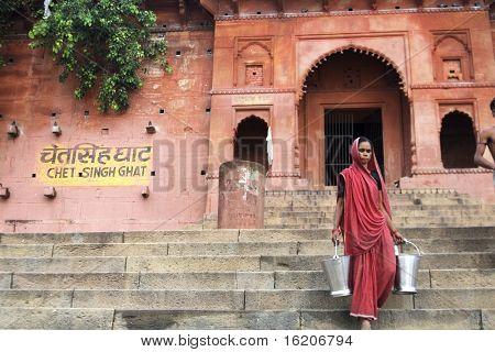 VARANASI, INDIA - 11 de junio: Retrato de mujer de la India de Benarés, 11 de junio de 2008,. Mujeres w