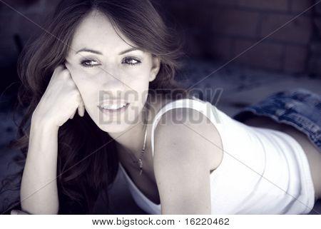 Schöne Frau mit hübschen Lächeln zu entspannen.
