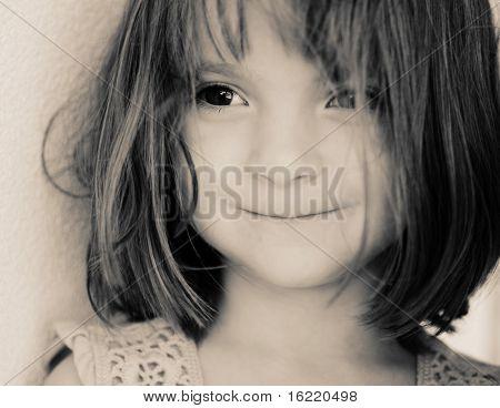 Hermosa niña con ojos marrones grandes encantadoras,