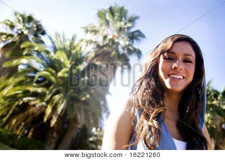 Sonriendo por una mujer bonita en ropa deportiva que un estilo de vida saludable positivo y divertirse.