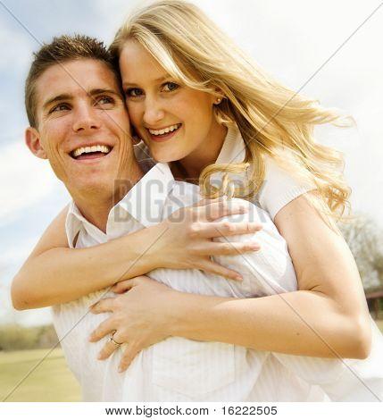 Attraktives Paar Spaß in einem Park gehört dieses Bild ein Engagement Shooting.
