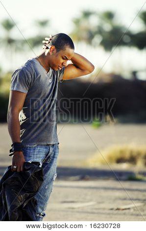 Junger Mann mit Kopf nach unten schauen traurig