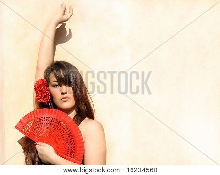 Joven española con ventilador rojo.