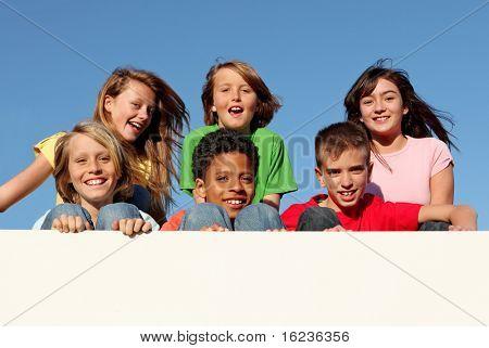Grupo de niños sosteniendo carteles con espacio de copia