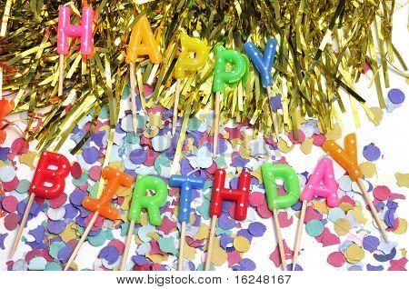 velas formando o aniversário feliz frase com confetes e enfeites de bolo de aniversário